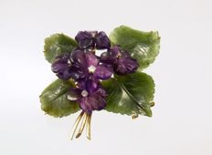 Violet brooch with amethyst jade brilliant, set in 585 gold -  weight 20,20 g, 5.5 x 5.2 cm