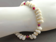 White coral bracelet with Rubies approx 5 carat total weight, 18 kt yellow gold clasp 21 cm long