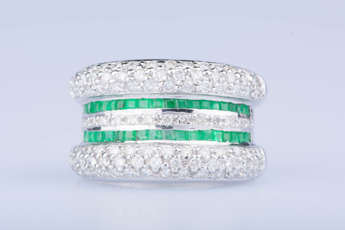White gold ring of 18 kt with 96 diamonds of approx. 0.96 ct in total and 36 emeralds of approx. 0.36 ct in total
