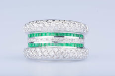 Ring in 18 kt white gold with 96 diamonds of approx. 0.96 ct in total and 36 emeralds of approx. 0.36 ct in total