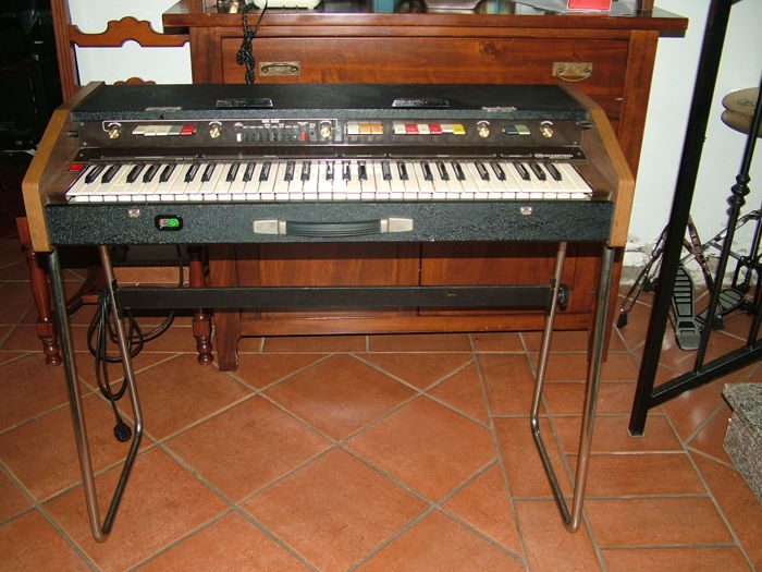 Keyboard Crb Diamond 30 combo with legs for support. Accompaniment presets organ 70s' effect (no lid, because is a little damaged but offered)