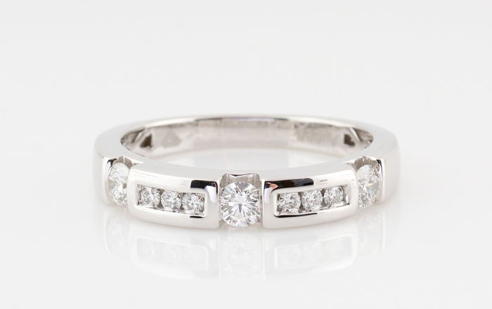 14kt wit goud diamanten ring totaal 0.50ct / 9 ronde brillianten / G-H-VS1-VS2 / gewicht: 4.10gr / ringmaat: 56.5
