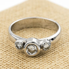 18 kt white gold ring with three brilliant cut diamonds in chaton setting