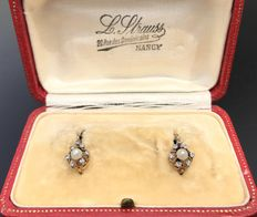 Pair of dangle earrings end of 19th century, in 18 kt gold, star shaped pattern ornamented with pearls and diamond roses, in vintage case