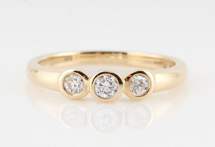 "14 kt gold diamond ring, 0.32 ct / 3 round brilliant cut diamonds / G-H VS1-VS2 / 3.20 g / 56.5 / ""New"""