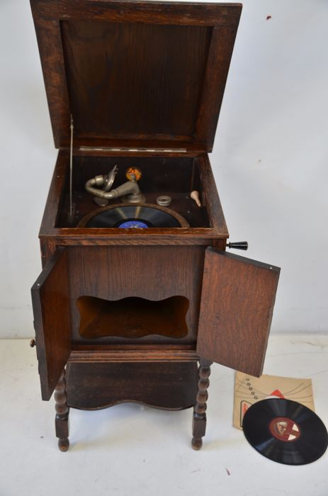 Antique gramophone in oak standing cabinet, marked Geisha with 2 bakelite  records. - Antique Gramophone In Oak Standing Cabinet, Marked Geisha With 2