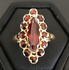 Large 18 kt yellow gold baroque style marquise ring, decorated with bright rose-cut garnets (2.5 ct)
