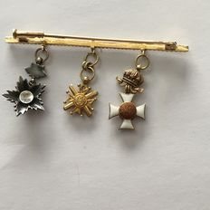 Gold pin with 3 antique medals and decorated with enamel