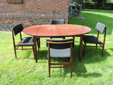 Denka – Danish dining table with four matching chairs