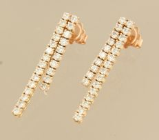 18 kt rose gold dangle earrings set with 50 brilliant cut diamonds, approx. 1.50 carat in total, size 3.1 cm x 4.2 mm wide.