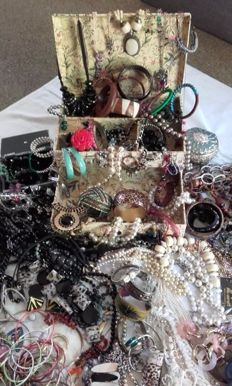 Decorative jewellery - more than 200 items