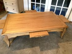 Solid blank patinated oak coffee table with on all sides a convenient pull-out top, 20th century