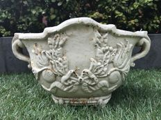 Chic cream jardinière with flowers, bow and garland - cast iron - late 20th century