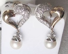 Earrings in two colours of gold with Akoja pearls of 8-8.5 mm – 15.7 g – measurements: 19 x 35 mm