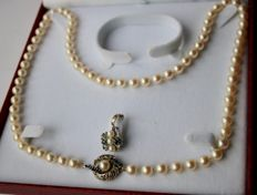 Pearl necklace with Akoya pearls ca. 7 mm and nice buckle with 6 blue Sapphire and Pendant with Sapphires and pearls