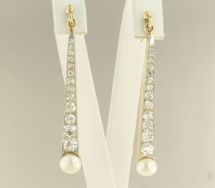 18 kt gold with platinum, dangle earrings with old cut diamond and cultured freshwater button pearls, up to approx. 3.00 ct, size 5.0 cm long x 5.0 mm wide