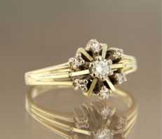 14 kt white gold ring set with a central 0.14 ct brilliant cut diamond and single cut diamonds, ring size 17.25 (54)