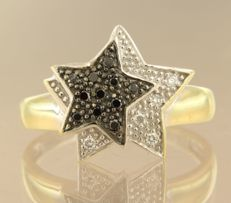 18 kt bicolour gold ring set with black and white brilliant cut diamonds in total approx. 0.16 carat ring size 18 (56)