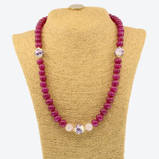 18k/750 yellow gold necklace with rubies, rose quartz and porcelain - Length, 56 cm.
