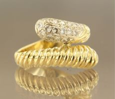 18 kt bicolour gold wavy ring with 16 brilliant cut diamonds, ring size 16 (50)