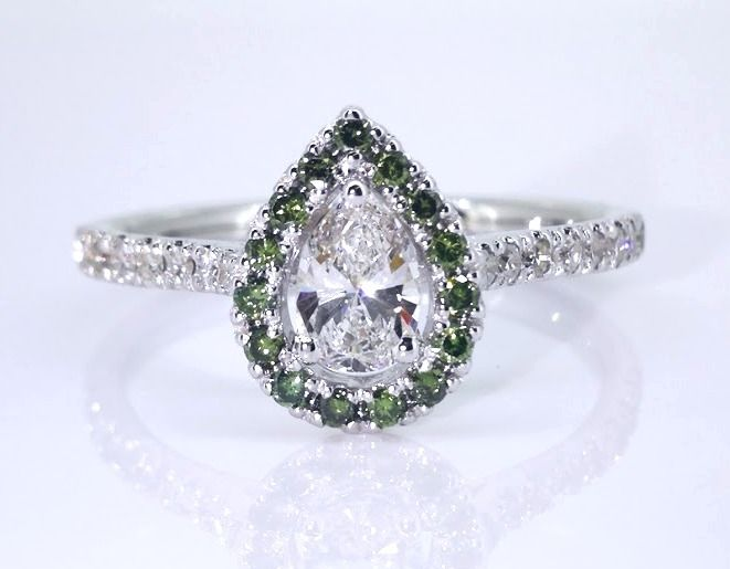 18kt gold Ring with pear-shaped diamonds decorated with fancy olive green coloured diamonds -  totaal 0.75 CT