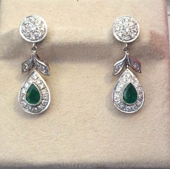 Earrings in 18 kt white gold with emeralds and diamonds - Length: 3.5 cm