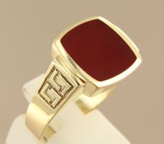 14 kt yellow gold ring set with a carnelian - ring size 21.25 (67)