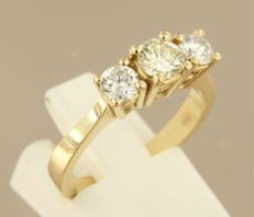 14 kt yellow gold trilogy ring with central diamond of 0.50 ct, side diamonds of 0.54 ct in total, ring size 17.5 (55)