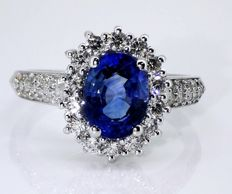Diamond ring with exclusive sapphire of 2.00 ct & 34 diamonds, 0.50 ct in total