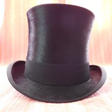 Luxury Top Hat Cylinder Handmade by The company of J. Heinrich, Austria, end of the 19th century.