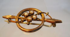 Golden Victorian brooch with light grey river pearls