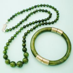Vintage graduated necklace with green jade beads (genuine jadeite) — Jade bracelet — 1950s/'60s