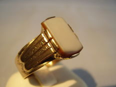 Victorian rose gold ring with layered agate, made circa 1890-1900