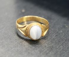 21.6 kt Gold ring with white stone, 17.5 mm