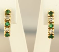 18 kt yellow gold dangle earrings, set with brilliant cut emerald and diamond, approx. 0.28 ct in total, size is 1.4 cm long x 3.6 mm wide.