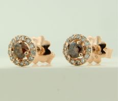 14 kt rose gold entourage ear studs set with central champagne-coloured brilliant cut diamond and 26 brilliant cut diamonds, approx. 0.54 carat in total, diameter 6.9 mm wide.