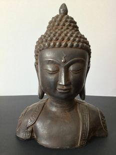 Bust of Buddha in iron with a brown patina - Tibet - end of 20th century.