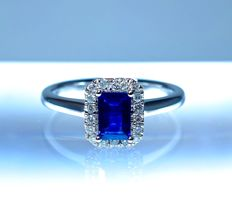 Emerald/baguette cut sapphire of 0.64 ct, certified natural by the IGI laboratory in Antwerp, on an 18 kt rhodium-plated white gold ring with an entourage of diamonds of 0.13 ct, ring size: 52 (France).