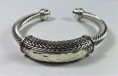 925 silver bracelet, in rigid bangle bracelet type, with pattern and finishing in worked silver.