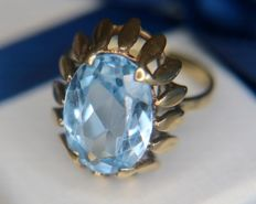 Vintage gold ring with blue Spinel - approx 5.68ct.