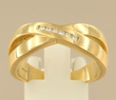 18 kt yellow gold cross-over ring set with 6 brilliant cut diamonds, approx. 0.12 carat in total, ring size 19 (60).