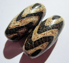 Lot of two agate beads with tiger teeth pattern - Tibet - Late 20th century.