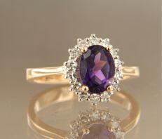 14 kt bicolour gold entourage ring set with a central 1.30 carat oval cut amethyst and 14 single cut diamonds, ring size 16.5 (52)