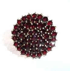 Ring with 3-layered garnet rosette with solid 585 / 14 kt gold ring band *no reserve price*