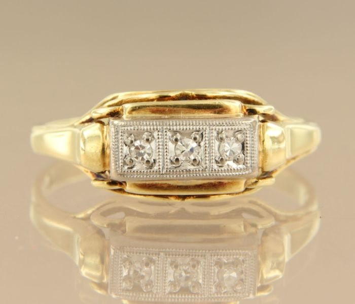 14 kt bi-colour gold ring set with 3 single cut diamonds, approx. 0.09 carat in total, ring size 21 (66).