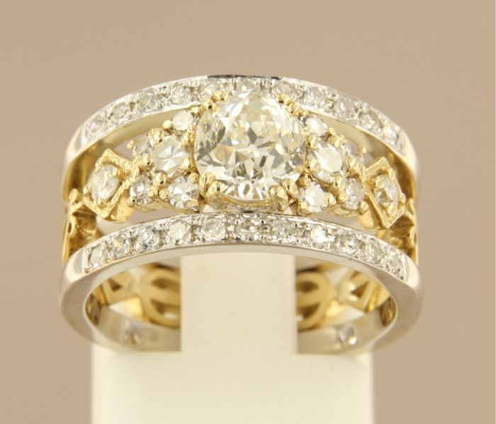 14 kt bicolour gold ring, set with Bolshevik cut and octagon cut diamond