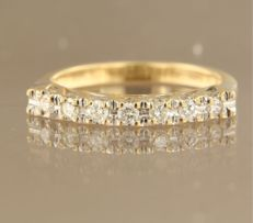 18 kt bi-colour gold ring with 7 brilliant cut diamonds, set in a row, approx. 0.24 carat in total, ring size 16.25 (51)