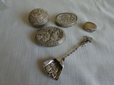 5 pieces of silver, of which 4 in box and 1 sugar scoop