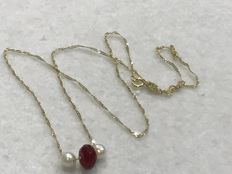 18 kt gold. Necklace with ruby and cultured pearls. Length: 45.10 cm.