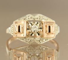 18 kt bicolour gold ring set with a central old Amsterdam cut diamond, approx. 0.07 ct in total, ring size 18 (57)